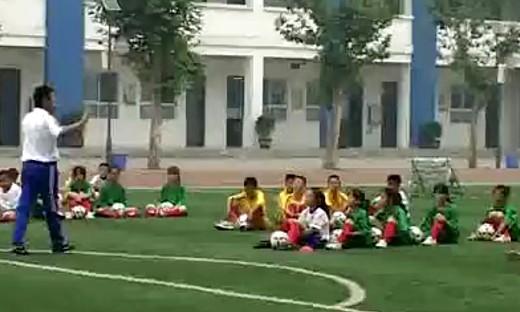 第五届全国小学体育教学观摩课《小足球运球》(二)...