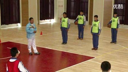 人教版初中体育七年级下册《篮球:行进间双手胸前传接球》教学视频
