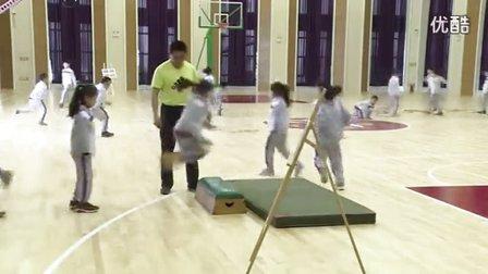 人教版小学体育二年级下册《各种方式的单双脚跳》教学视频
