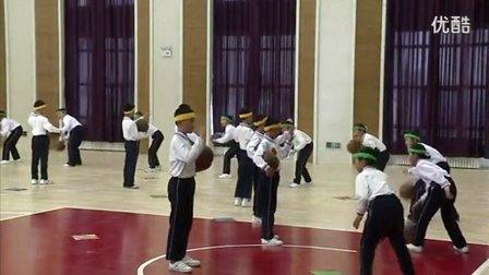 人教版小学体育二年级下册《篮球:拍球比多》教学视频