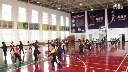 小学二年级体育 小篮球《直线运球》教学视频,2014年优质课