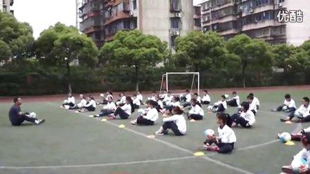 小学体育《足球脚内侧踢球》教学视频,2014年优质课