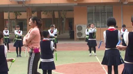 小学体育人教版五六年级《1.向前、向后摇绳编花跳》河南段佳洁