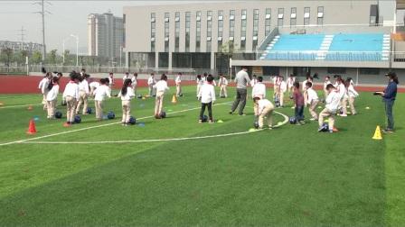 《足球脚内侧运球》优质课(人教版体育与健康小学二年级,杨春明)