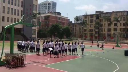 《篮球-原地双手胸前传接球》优质课(人教版五年级体育,陈敏)
