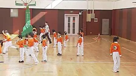 《立定跳远与综合活动(勤劳的蓝精灵》一年级体育,王晴红